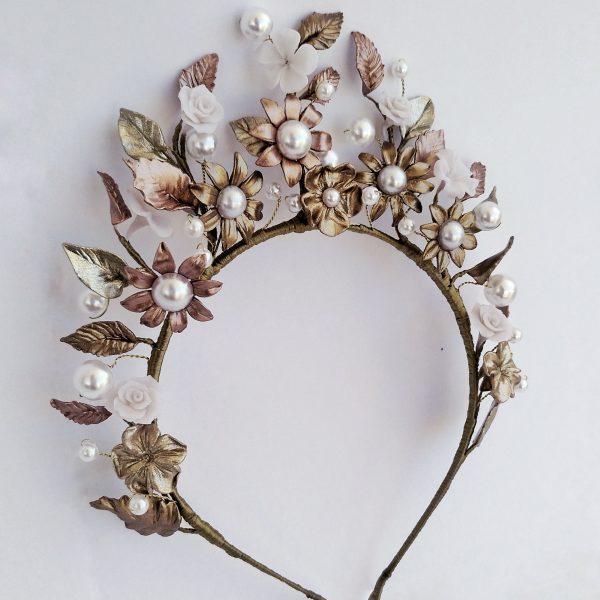 Diadema en dorados y perlas