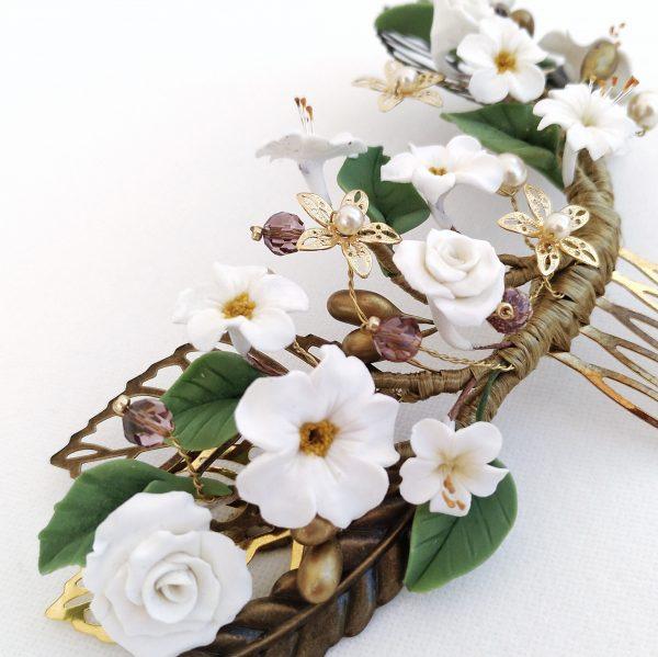 Detalle peina flores blancas