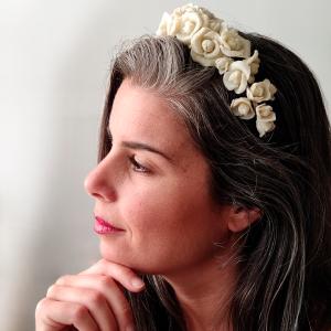 Diadema flores beige puesta