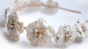 Diadema flores blancas porcelana detalle